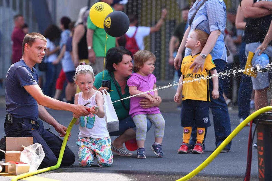 Sogar die Feuerwehr war da, was auch den jüngeren Dynamo-Fans viel Spaß machte