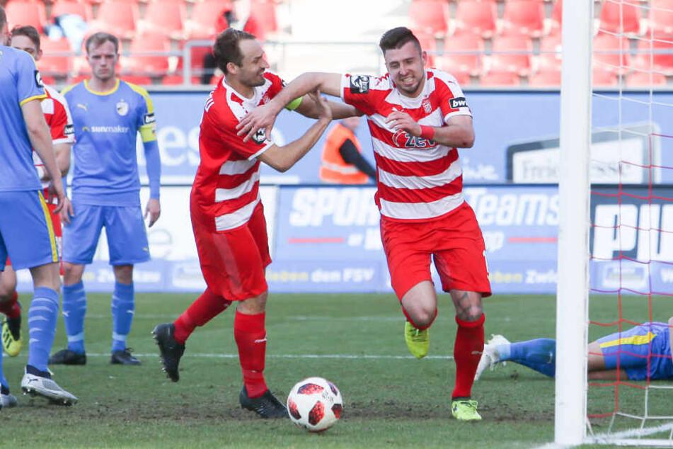 Noch kann er sich auf dem Feld über Zwickauer Tore freuen: Toni Wachsmuth (l.) jubelt mit Davy Frick, der gegen Jena das 1:0 erzielte.