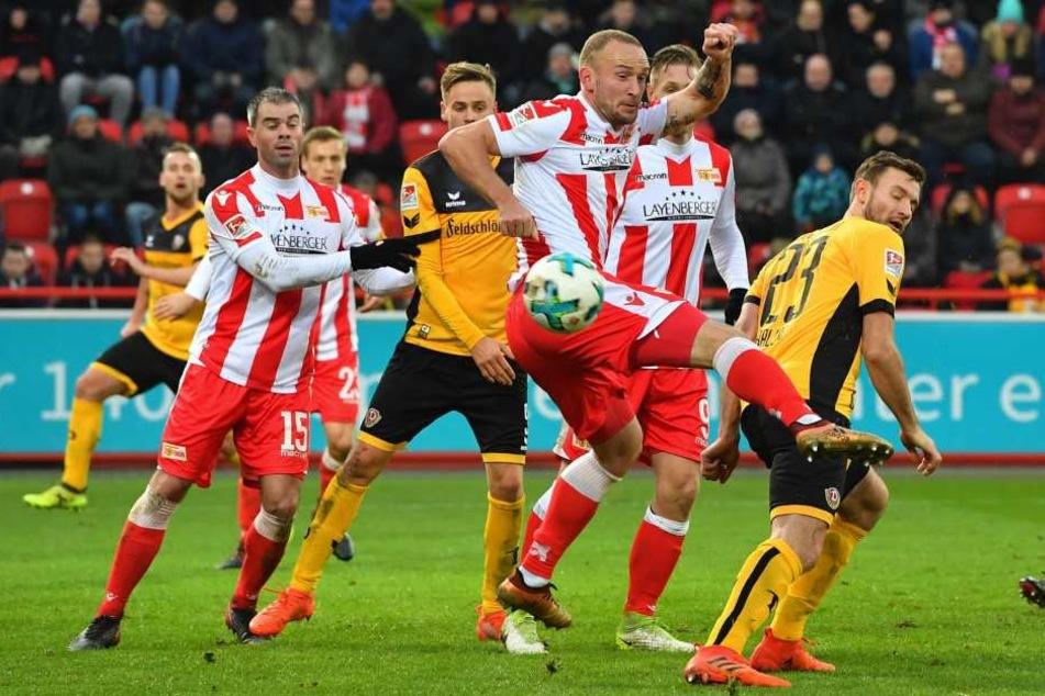 Toni Leistner (vorn) im Hinspiel gegen Dynamo Dresden. Das entschieden die Sachsen mit 1:0 für sich.