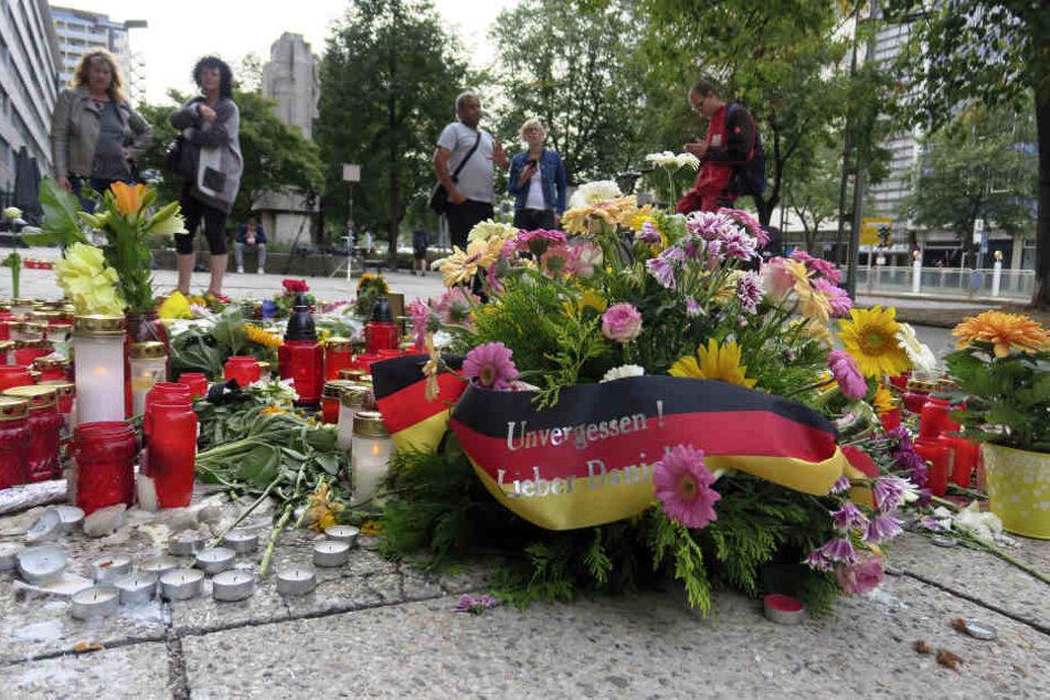 Am Tatort wurden Blumen niedergelegt und Kerzen aufgestellt.