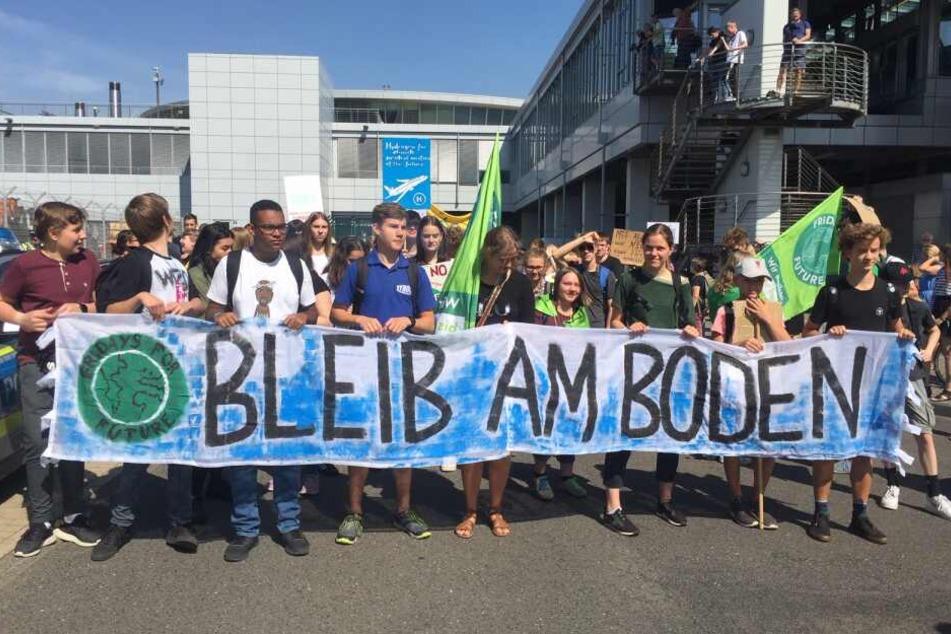"""Das erste Mal stellen sich die Aktivisten gemeinsam unter dem Motto """"Bleib Am Boden""""."""