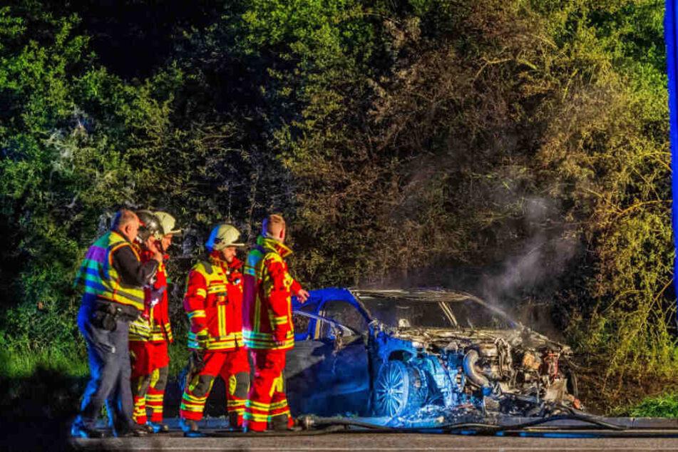 Der Wagen brannte auf dem Parkplatz komplett aus.