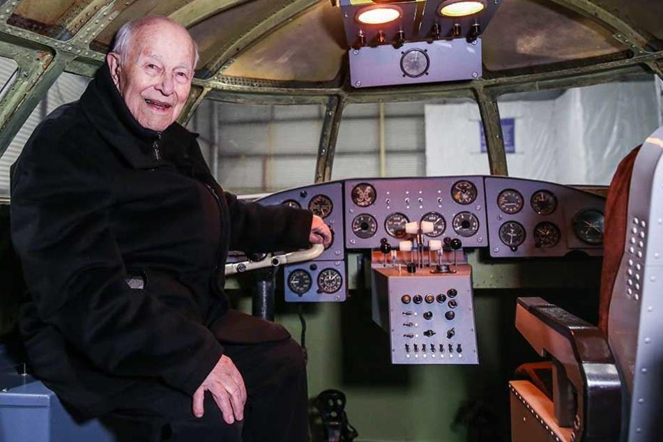 Da kommen viele Erinnerungen hoch: Der frühere Testpilot Gerhard Güttel (94) im nachgebauten Cockpit.