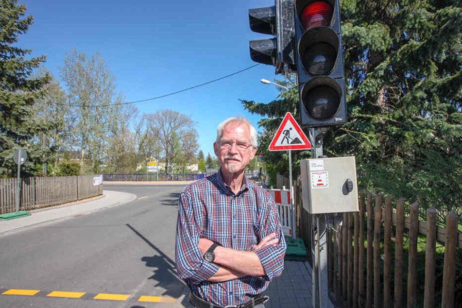 Anwohner Karl Friedrich Schmerer (71) ärgert sich über eine Baustellenampel im Lichtenauer Ortsteil Auerswalde.