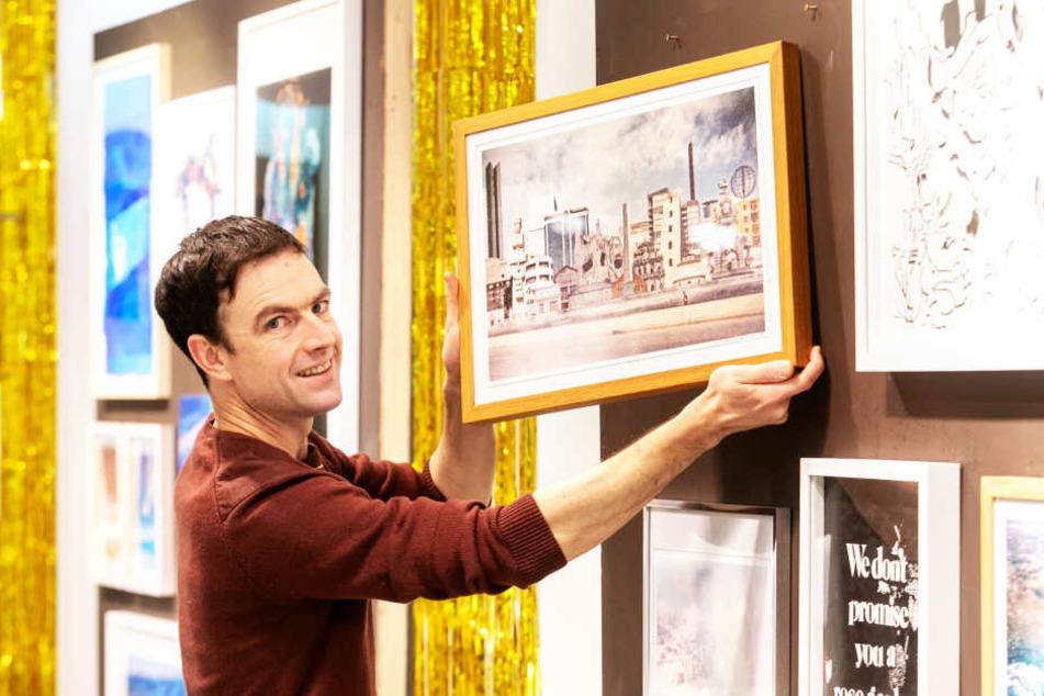 """Künstler Stefan Krauth (41) hängt im Ex-""""Strauss""""-Kaufhaus seine Fotokunstwerk """"Passing By"""" auf."""