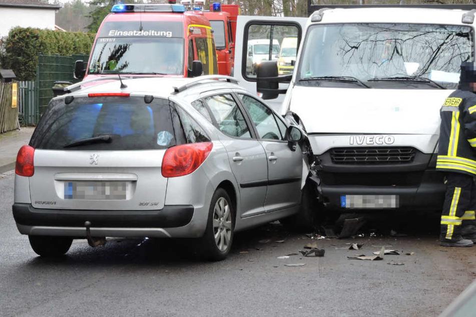 Der Peugeot krachte frontal gegen einen Transporter.
