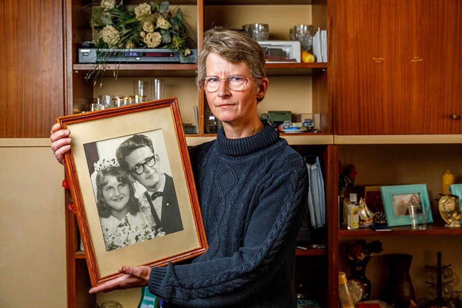 56 Jahre Ehe: Tochter Solveig Holz (50) aus Arnsdorf mit dem Hochzeitsfoto ihrer Eltern.