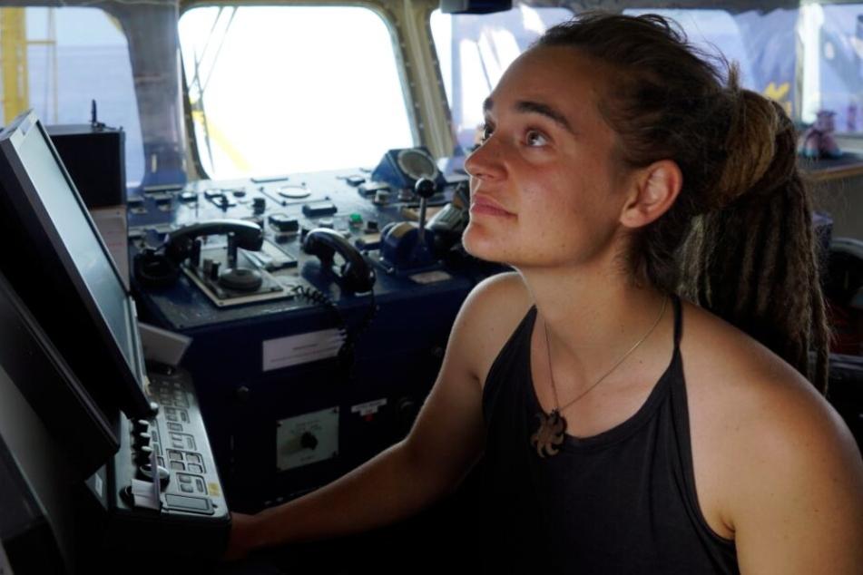 """Die deutsche Kapitänin steht an Bord der """"Sea Watch 3""""."""