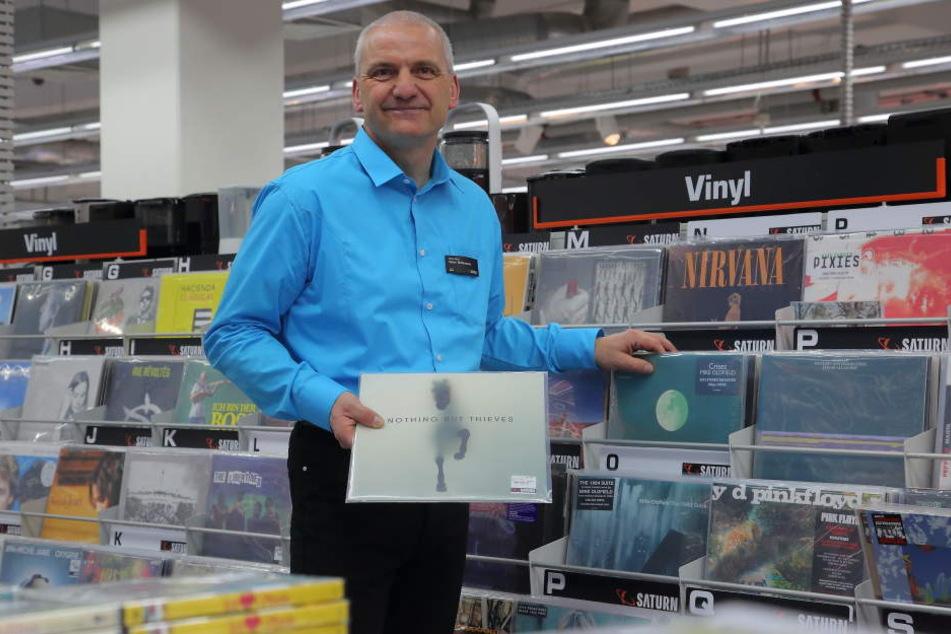 Saturn-Geschäftsführer Lutz Schlosser (51) vor der Vinyl-Abteilung im umgebauten  Saturn.