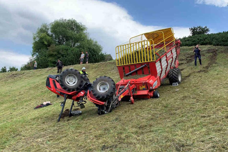 Der Traktor hatte sich am Hang überschlagen und ins Erdreich gegraben.