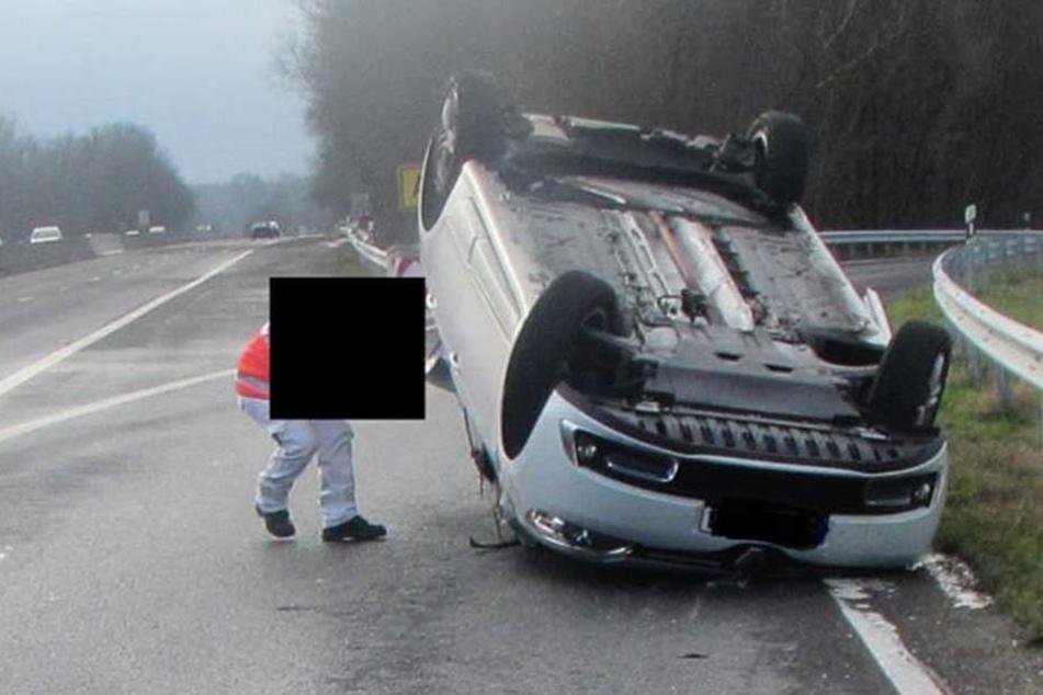 Hier werden Vater und Kleinkind aus Unfallwagen gerettet