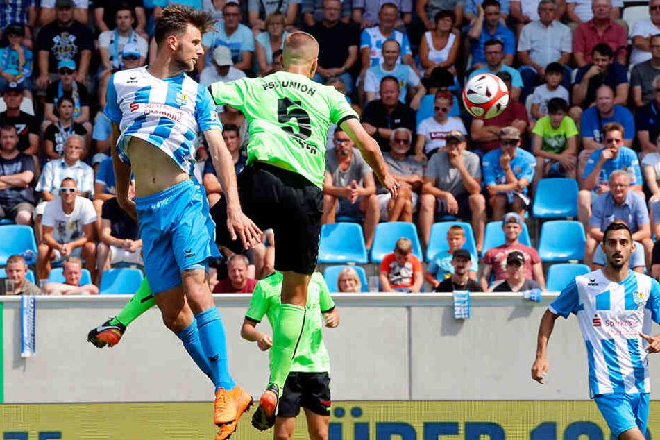 Dejan Bozic, der hier vor Fürstenwalde-Innenverteidiger Peter Köster zum Kopfball kommt, erzielte zum Saison-Auftakt das späte 3:2-Siegtor gegen den starken Aufsteiger. Trifft der Torjäger am Sonntag erneut?