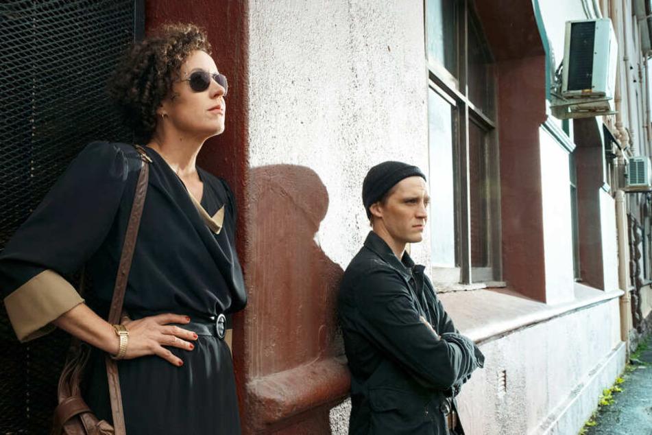"""DDR-Agent Martin Rauch (Jonas Nay) und seine Kollegin Lenora Rauch (Maria Schrader) am Wild Geese Club in einer Szene der Spionageserie """"Deutschland 86""""."""