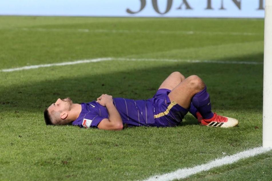 Chance vertan! Enttäuscht, aber auch ausgepumpt vom vielen Laufen liegt Dimitrij Nazarov auf dem Rasen.