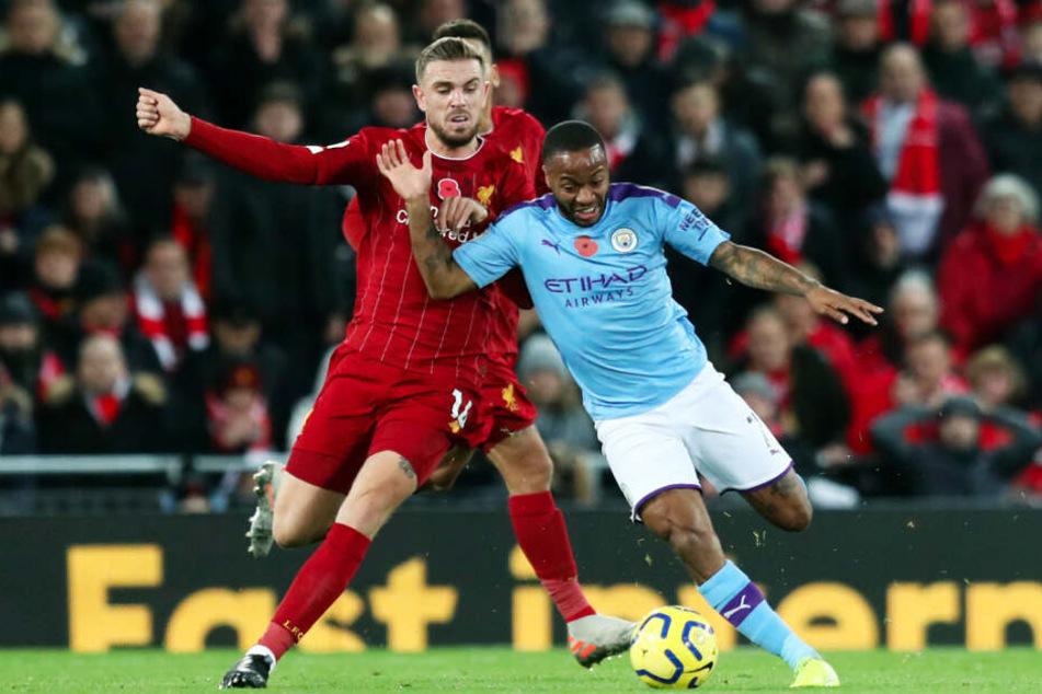 Ex-LFC-Spieler Raheem Sterling (r.) behauptet sich gegen Reds-Kapitän Jordan Henderson, mit dem er 144 Mal gemeinsam für Liverpool auf dem Platz stand.