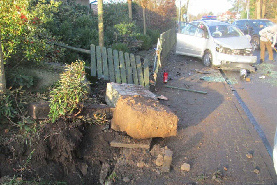 Die Spuren des Unfall waren an Zaun und Auto deutlich erkennbar.