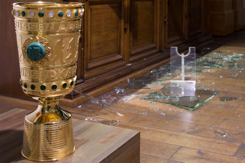 Bei einem Einbruch wurden auch solche Reproduktionen des DFB-Pokals geklaut.
