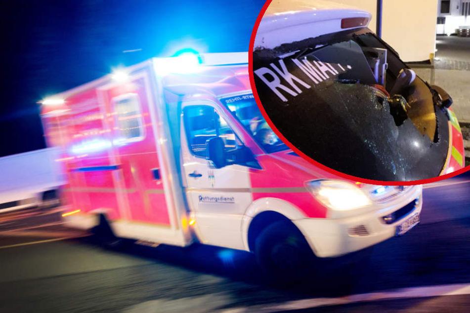 Patient schlägt mit Eisenstange auf Rettungswagen ein: Helfer müssen flüchten!