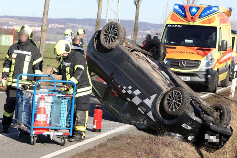 Renault weicht entgegenkommenden Auto aus und überschlägt sich
