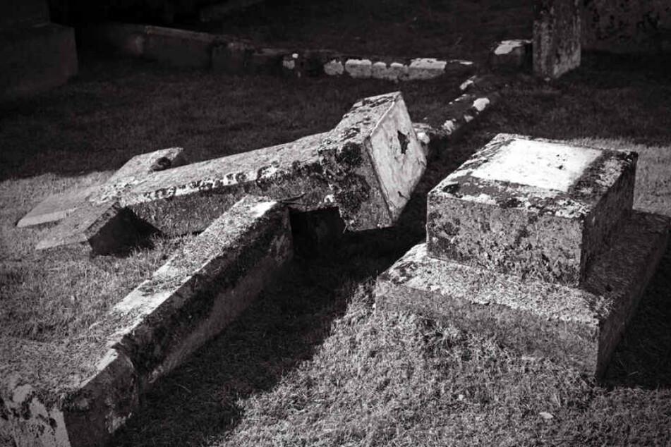 Die Grabsteine wurden teilweise aus dem Fundament gerissen oder zerbrochen. (Symbolbild)