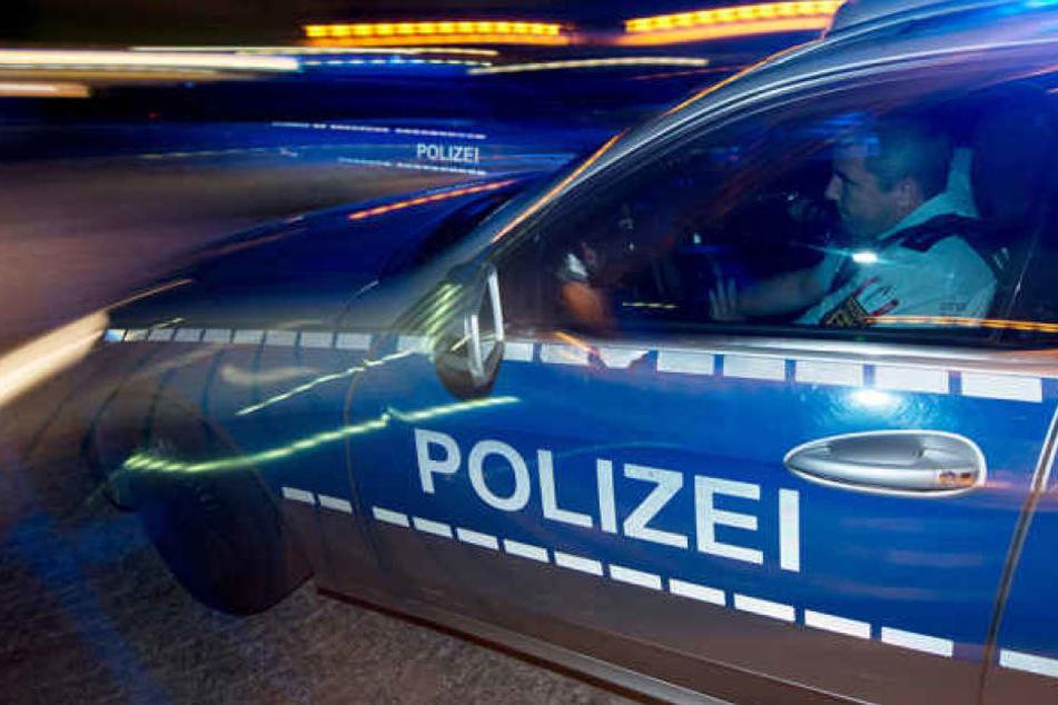 Die Verfolgung endete in Halles Zentrum, als der 27-jährige Fahrer mit dem gestohlenen Seat gegen einen Mazda krachte. (Symbolbild)