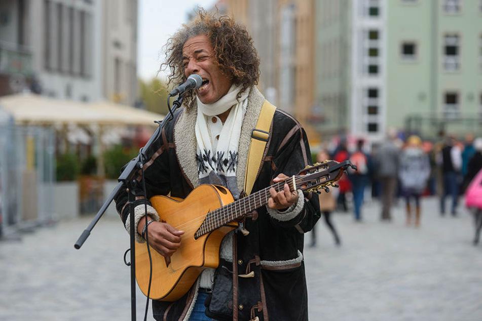 Gitarrist Vincent van Hessen (48) spielt seine eher sanften Klänge momentan noch mit Verstärker, wehrt sich aber auch gegen zu laute Musiker.