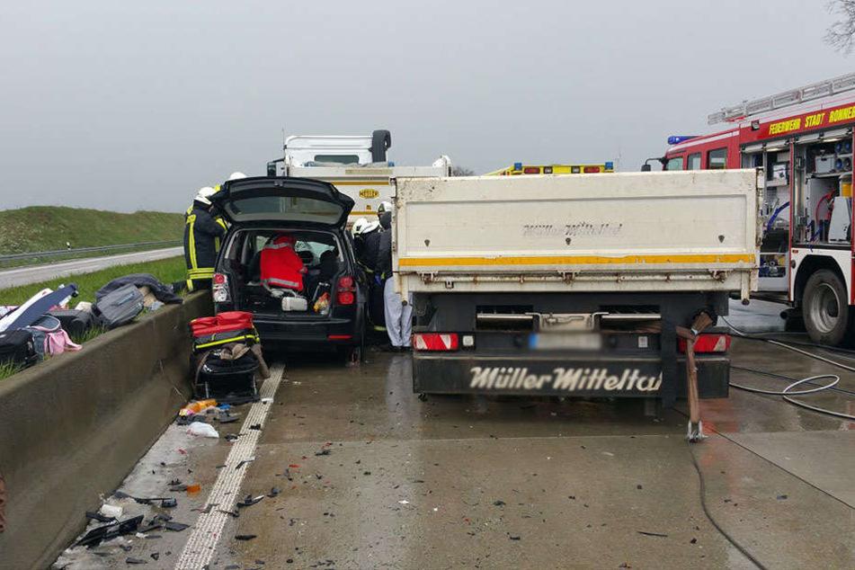 Das Auto wurde zwischen Lkw und der Betonmauer eingeklemmt.