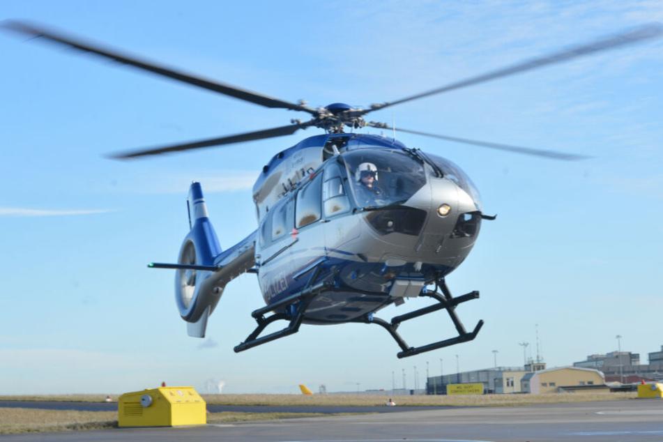 Die Polizei suchte auch mit einem Hubschrauber nach dem flüchtigen Täter. (Symbolbild)