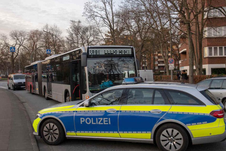 Die Polizei sicherte den Unglücksort rund um den Linienbus ab.