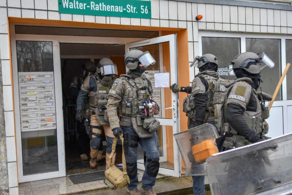 Mehrere bewaffnete Einsatzkräfte stürmten am Samstagmittag ein WG-Zimmer in der Walter-Rathenau-Straße in Magdeburg.