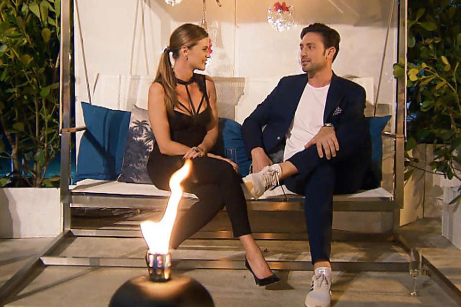 Nadine und Daniel vertieft in ein Gespräch.