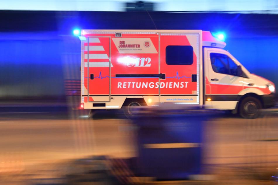 Betrunkener Autofahrer kracht in Leipzig gegen Zaun und Mast, Insasse schwer verletzt