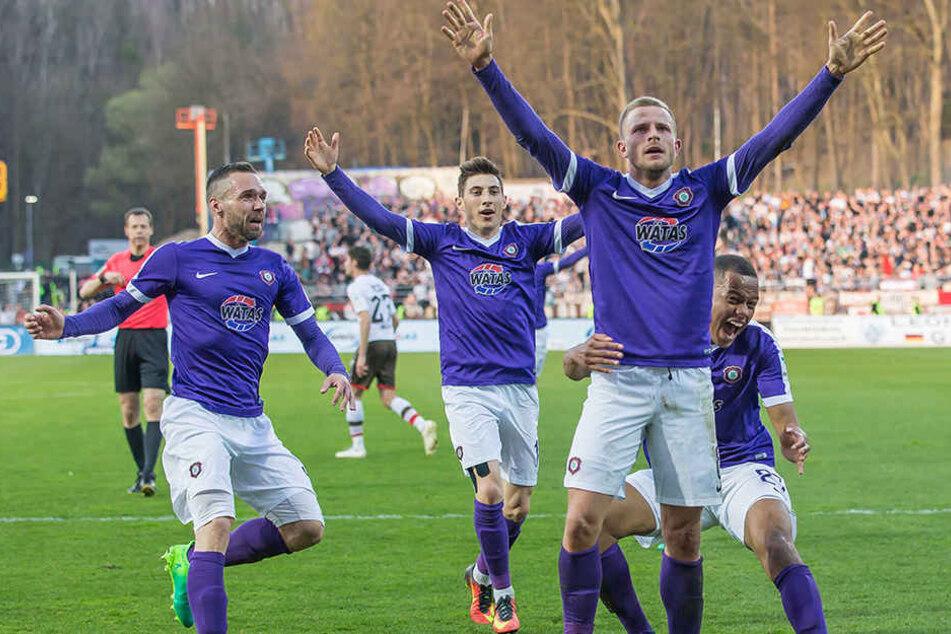 Grenzenlose Freude nach dem 1:0: Torschütze Nicky Adler wird von seinen Kollegen gefeiert.