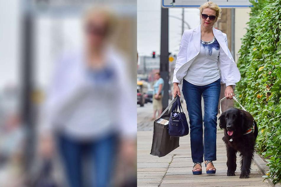 """Symbiotisch unterwegs: Carola Engelmann (52) im Duo mit Blindenführhund """"Thor"""". Der Flat-Coated weicht nie von ihrer Seite."""