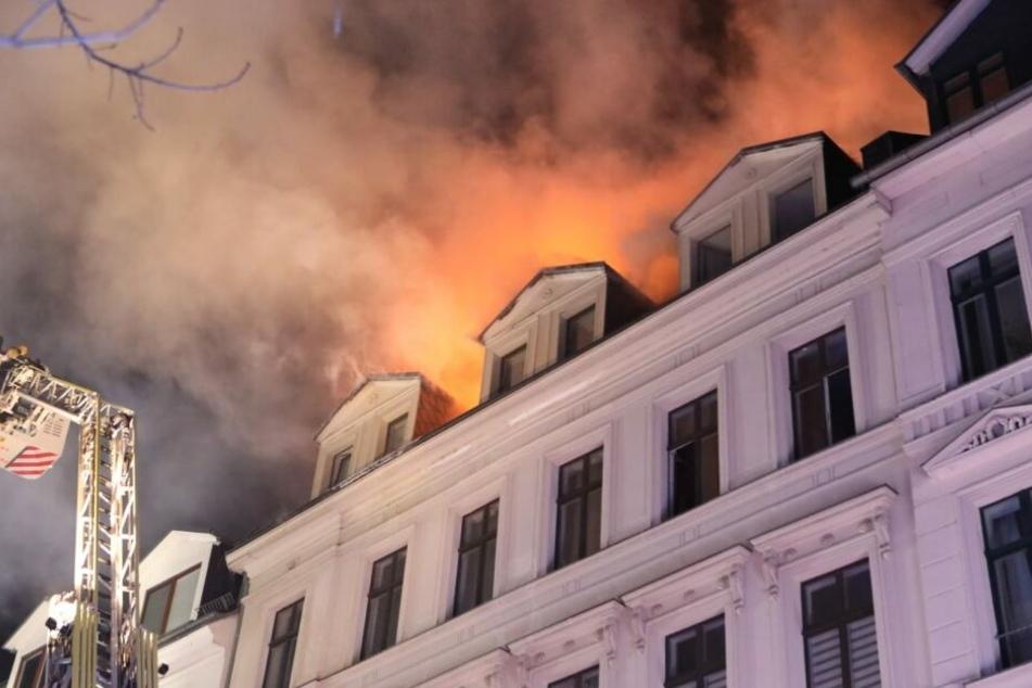 Dachstuhl in Flammen: Feuerwehr muss Anwohner evakuieren