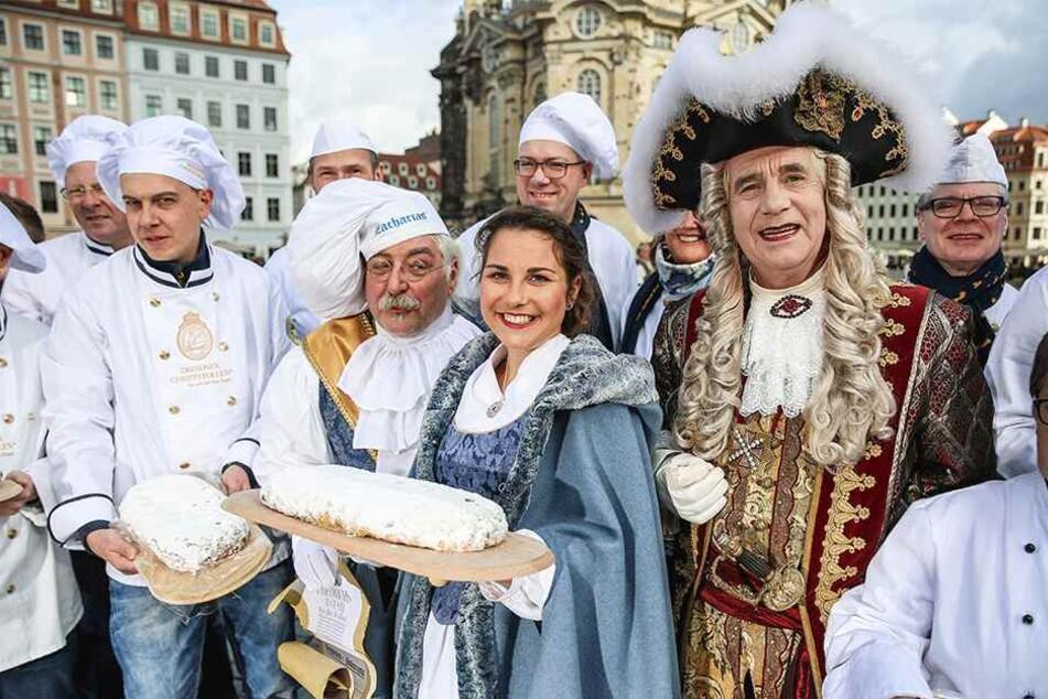 Ran an den Striezel:  Stollenmädchen Hanna Haubold (M.) mit Bäckern, Würdenträgern und Eminenzen auf  dem Neumarkt.