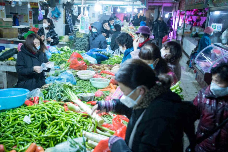 Die chinesische Regierung hat die besonders schwer von der durch den Coronavirus ausgelösten neuen Lungenkrankheit betroffene Millionenmetropole Wuhan praktisch abgeriegelt.