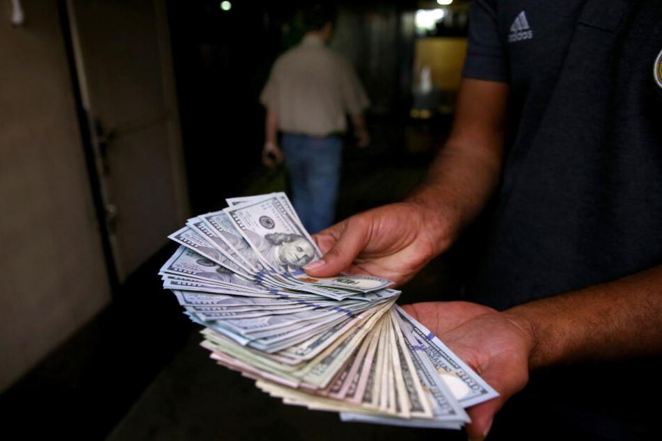 Das Geld saß bei dem Paar für kurze Zeit locker (Symbolbild).