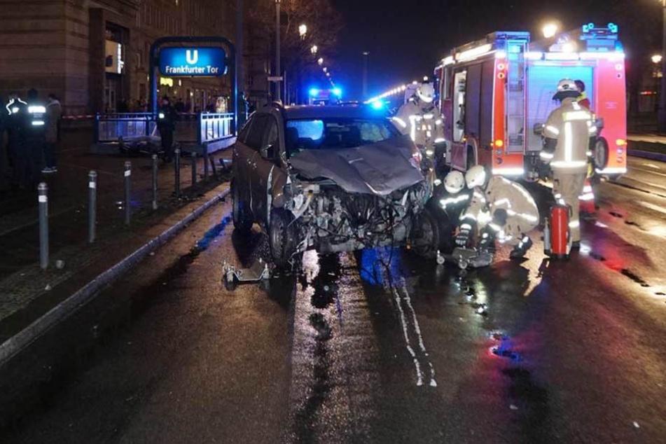 Auto rast auf Fußweg und knallt gegen U-Bahn-Eingang