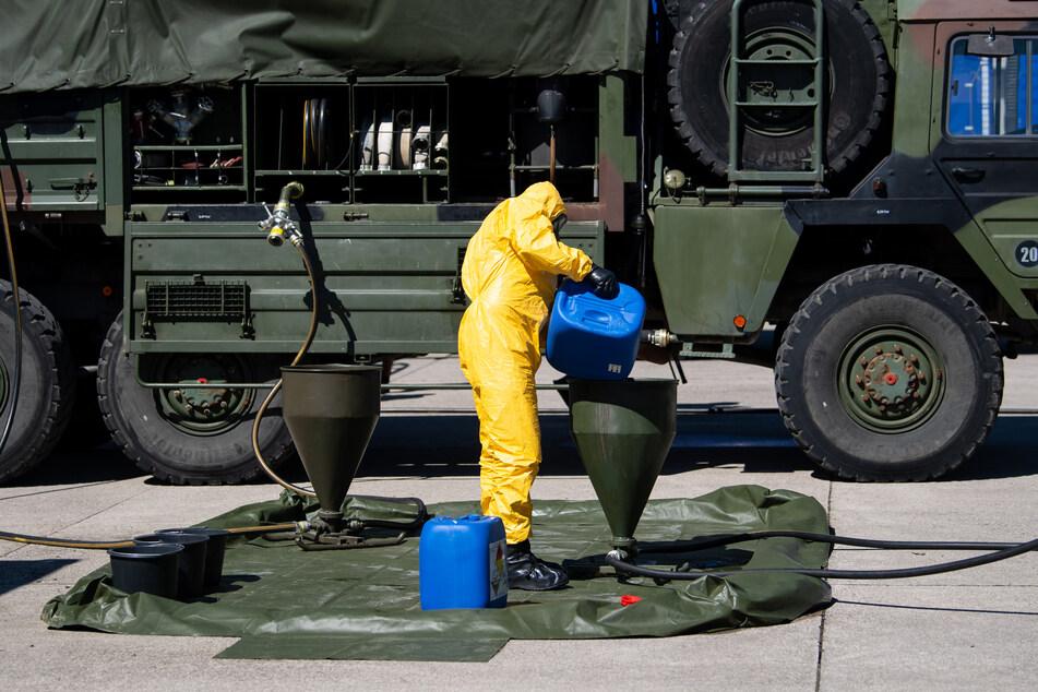 Ein Soldat des ABC-Abwehrkommandos stellt auf dem Gelände der Universität der Bundeswehr Desinfektionsmittel her.