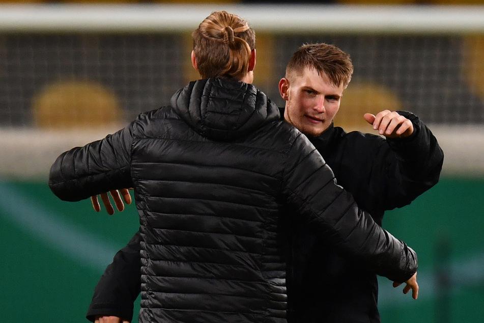 Herzliche Umarmung unter Brüdern: Sebastian und Lars Lukas Mai (r.) im Vorjahr in Dresden. Lars gewann mit Darmstadt im DFB-Pokal 3:0, Sebastian war verletzt.