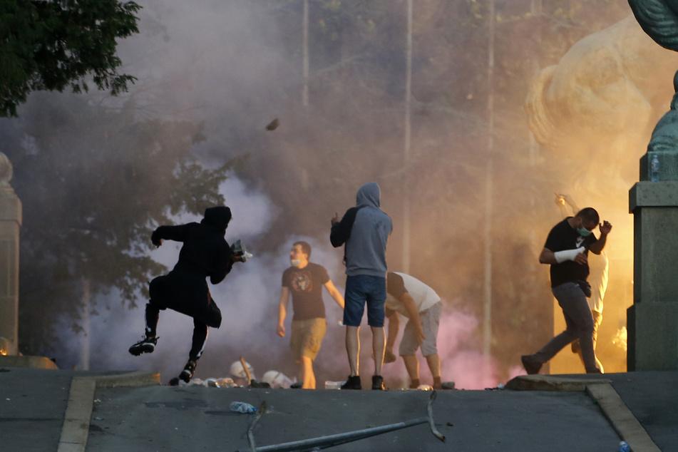 Demonstranten stoßen bei Protesten mit Polizisten zusammen.