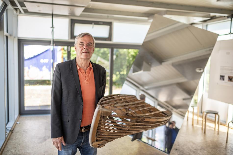 """Ex-TU-Rektor Christian von Borczyskowski (74) steht vor der Installation """"Breaking News""""."""