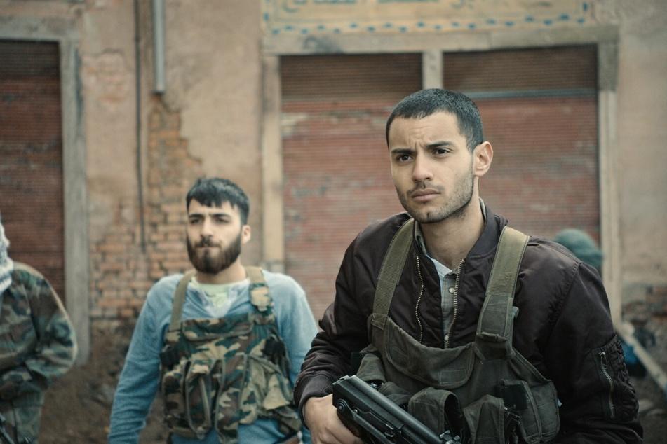 Karim (Mehdi Meskar) erlebt unterdessen in seiner syrischen Heimat die alptraumhafte Realität des Krieges.