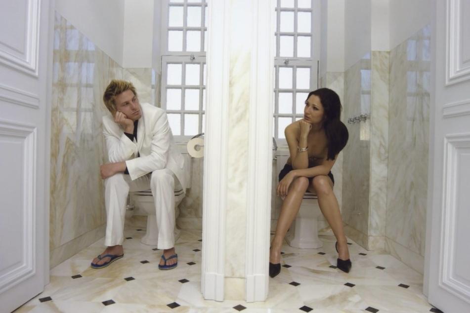 Trennwand zwischen den Toiletten: Besser ist es in einer Beziehung!