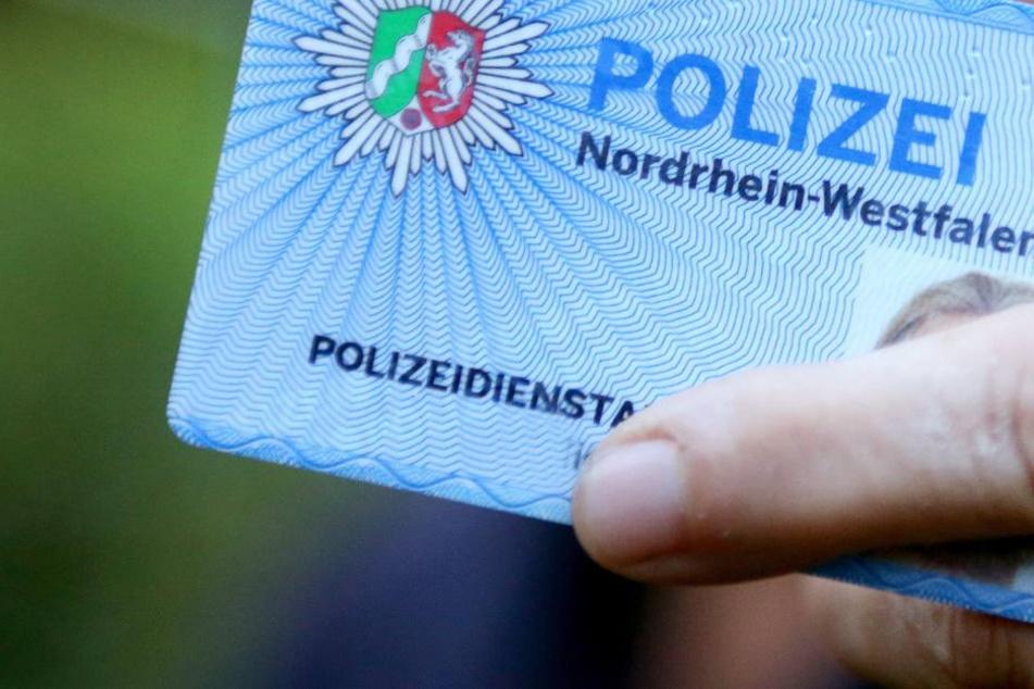 Die Täter zeigen gefälschte Dienstausweise und traten in einem Fall sogar in Uniform auf.