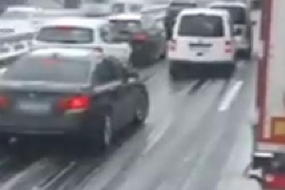 Nicht nur ein Verkehrsteilnehmer schient nicht zu wissen, dass die Rettungsgasse nicht genutzt werden darf.