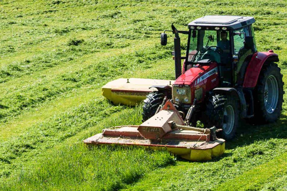 Ein 65 Jahre alter Landwirt wurde in Bayern von seinem Traktor überrollt. (Symbolbild)