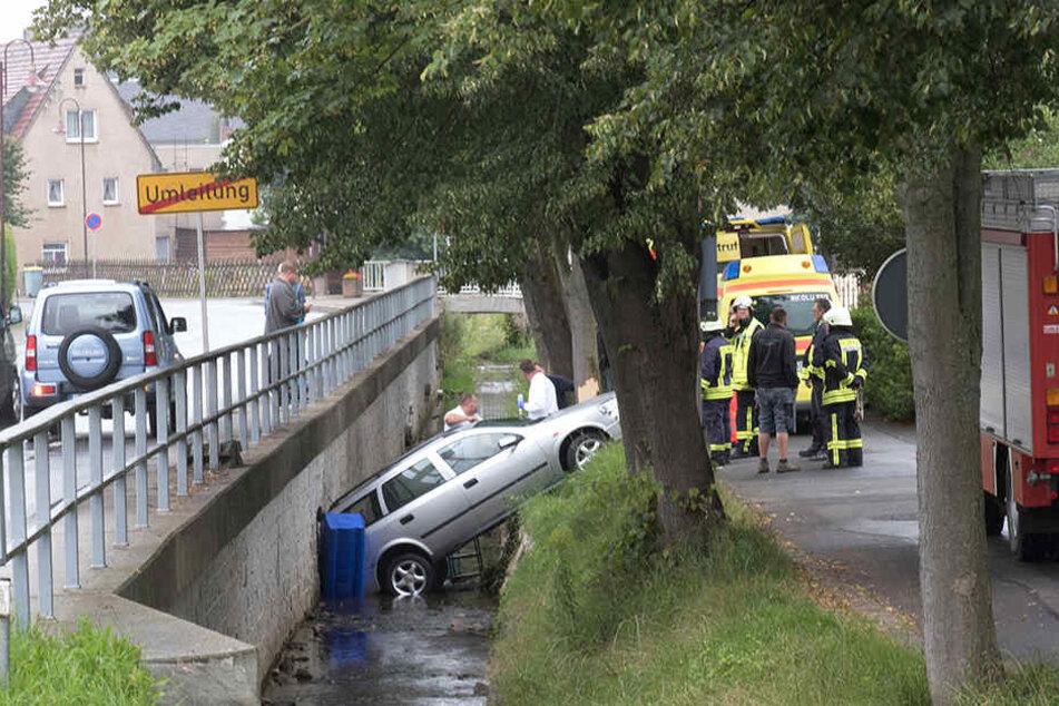 Unglaublich! Die Fahrerin dieses Autos landete beim Ausparken im Bach.