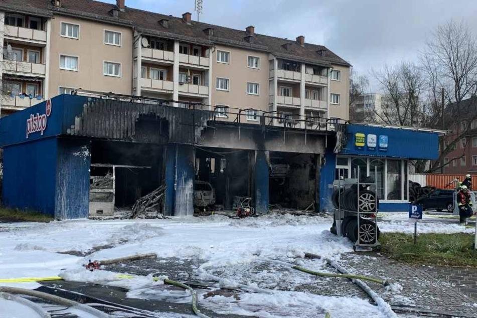 Eine Autowerkstatt in Schweinau brannte samt der Autos völlig aus.